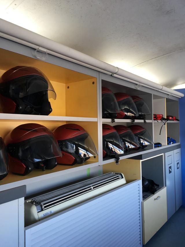 横浜校(※旧:綱島校)ロンドンバス2階 貸ヘルメット