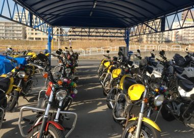 横浜校(※旧:綱島校)ロンドンバス2階 バイク置き場 正面