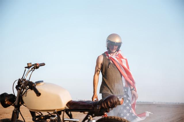 バイクの横に立つ銀条